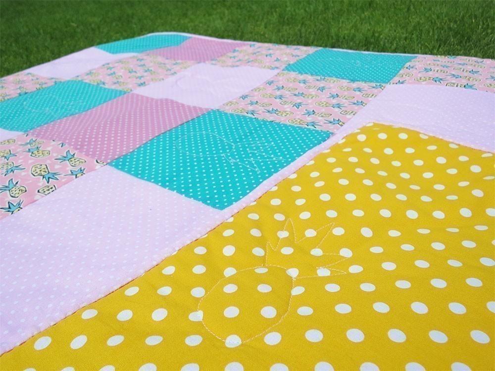 stoffpaket patchwork decke mit ananas und punkten. Black Bedroom Furniture Sets. Home Design Ideas